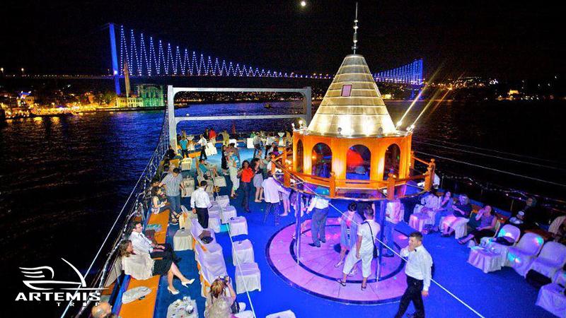رقص و پایکوبی در کشتی